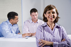 взрослая женщина встречая средний работника офиса Стоковые Фото