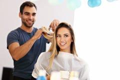 Взрослая женщина на парикмахерской Стоковое фото RF