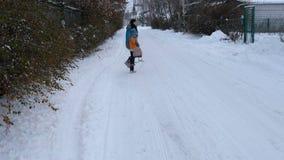 Взрослая женщина потеха идя вдоль снежной дороги сток-видео