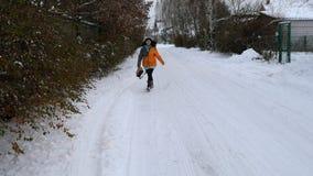 Взрослая женщина потеха идя вдоль снежной дороги акции видеоматериалы