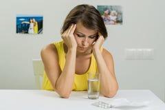 Взрослая женщина страдает от строгой головной боли Она держит ее он Стоковые Фото