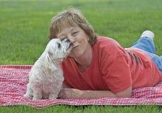 Взрослая женщина с ее щенком стоковые изображения rf