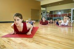 взрослая йога женщин типа Стоковое фото RF