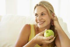 взрослое яблоко есть здоровую среднюю женщину стоковые изображения