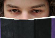 взрослые детеныши чтения книги Стоковые Фотографии RF