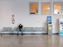 Взрослые ожидания человека сидя в больнице Стоковая Фотография