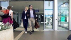 Взрослые пары покидая аэропорт, люди приезжая на каникулы, праздники семьи стоковые фотографии rf