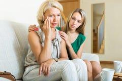 Взрослые дочь и мать после ссоры Стоковые Изображения RF