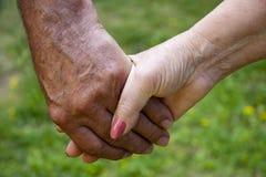 взрослые clasped старшии рук Стоковая Фотография RF