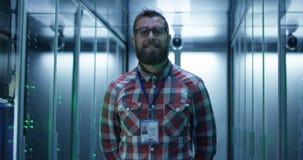 Взрослый бородатый инженер в комнате сервера стоковые фотографии rf