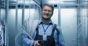 Взрослый бородатый инженер в комнате сервера стоковое изображение rf