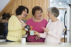 взрослый говоря 3 женщинам Стоковые Фото