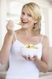 взрослый есть женщину салата свежих фруктов среднюю Стоковая Фотография