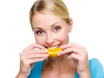 взрослый ест усмехаться свежей девушки померанцовый Стоковое Изображение RF