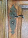взрослый замок владением ручки двери ребенка к Стоковые Фото