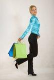 взрослый кладет женщину в мешки удерживания среднюю бумажную стоковые фотографии rf