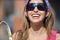 Взрослый счастливого теннисиста девушки женский с ракеткой тенниса Стоковое фото RF