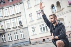 Взрослый человек в тренировке фитнеса снаружи Стоковое Изображение