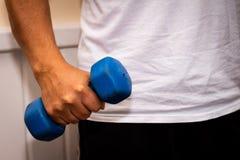 Взрослый человек делая тренировку в спортзале Человек с небольшими голубыми весами Концепция здоровья и здоровья стоковые фотографии rf