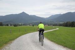 Взрослый человек идет на велосипеде Стоковое Изображение