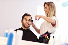 Взрослый человек на парикмахерской Стоковые Фотографии RF