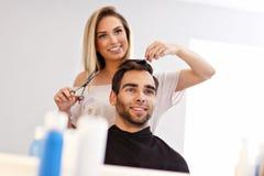Взрослый человек на парикмахерской Стоковое фото RF