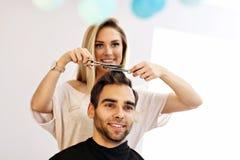 Взрослый человек на парикмахерской Стоковые Изображения RF