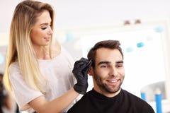 Взрослый человек на парикмахерской Стоковые Изображения