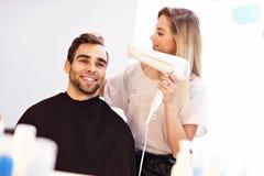 Взрослый человек на парикмахерской Стоковая Фотография
