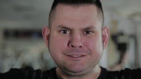 Взрослый человек с избыточным весом выполняет разводить с гантелями сток-видео