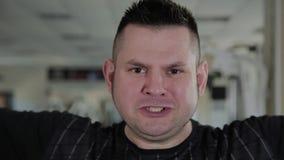 Взрослый человек с избыточным весом выполняет разводить с гантелями видеоматериал