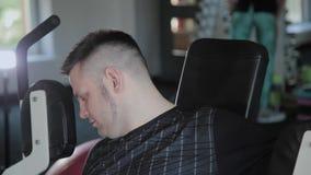 Взрослый человек с поездами избыточного веса его комод на имитаторе видеоматериал