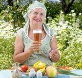 взрослым темнота охлаженная barle выпивает свежую женщину Стоковое Изображение RF