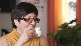 _ взросл женщин обтирать ее губ с салфетк и выпивать кофе talking к ее доч конец вверх сток-видео