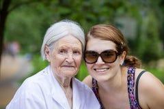 Взрослая внучка и старшая бабушка усмехаясь outdoors Стоковые Изображения RF