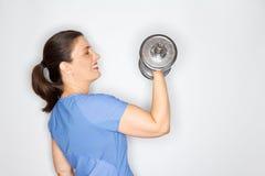 Взрослая женщина поднимая тяжелую гантель Стоковые Фото