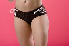 Взрослая женщина представляя от задних нося трусов Стоковая Фотография