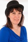 Взрослая кавказская женщина нося черный верхний шлем стоковое фото rf