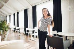 Взрослая модная женщина представляет в интерьере просторной квартиры Модельный смотреть отсутствующий и усмехаться Дама нося стил Стоковая Фотография