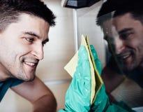 Взрослая печь чистки человека Стоковая Фотография