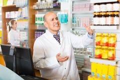 Взрослая порция аптекаря и фармации ассистентская Стоковая Фотография