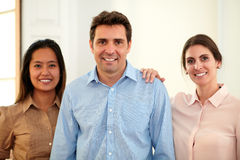 Взрослая профессиональная команда усмехаясь на вас стоковая фотография rf