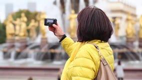 Взрослая туристская женщина в желтой куртке видеоматериал
