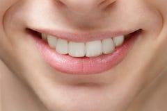Взрослая улыбка молодого человека стоковое фото rf