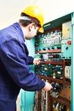 Взрослая электроника испытания работника инженера построителя электрика в доске переключателя стоковое фото rf