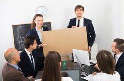 Взрослые бизнесмены представляя план продуктов Стоковые Изображения RF