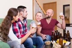 Взрослые выпивая пиво крытое Стоковые Изображения