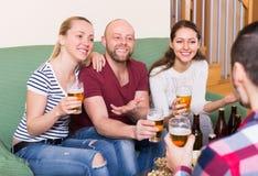 Взрослые выпивая пиво крытое Стоковая Фотография