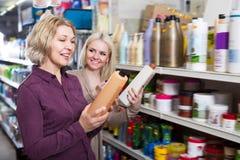 Взрослые женщины выбирают шампунь Стоковая Фотография