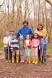 Взрослые и дети играя игру приключения в лесе стоковая фотография